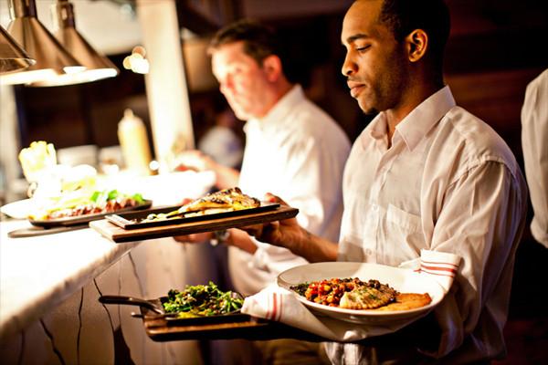 آداب سرو غذا که خدمه یک رستوران باید بیاموزند - چطور از مشتریان رستوران پذیرایی کنیم