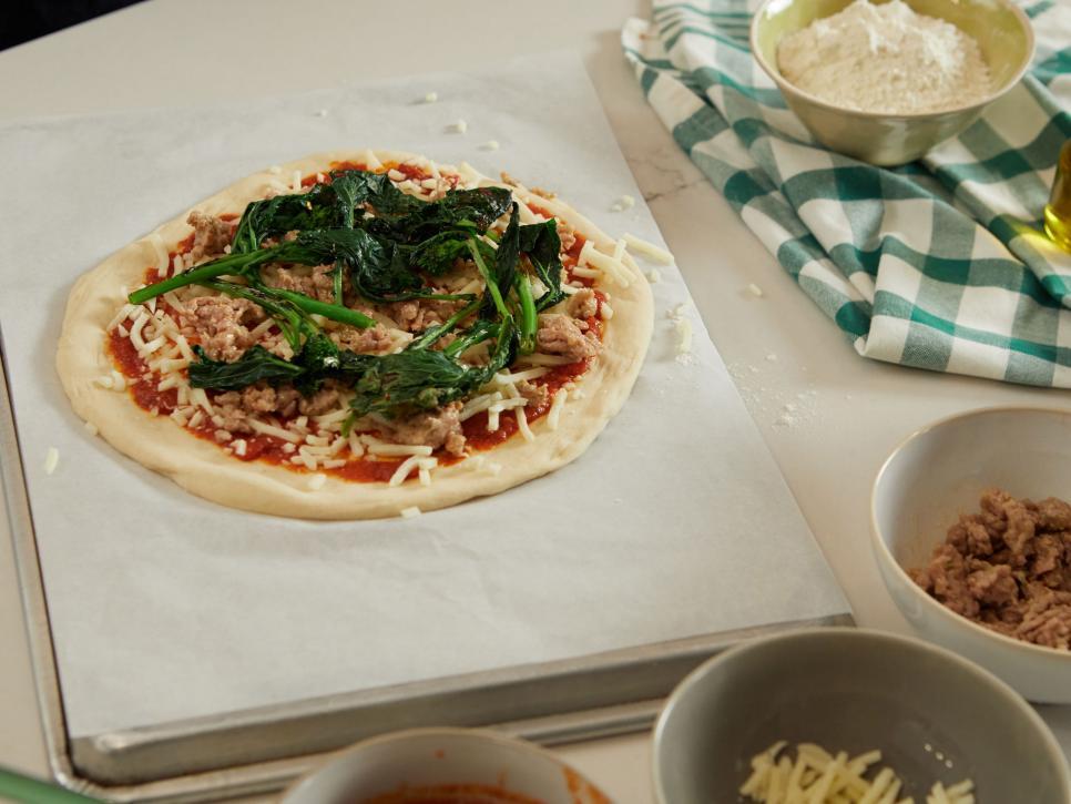 فوت و فن های پخت پیتزا ، پختن مواد روی پیتزا از قبل