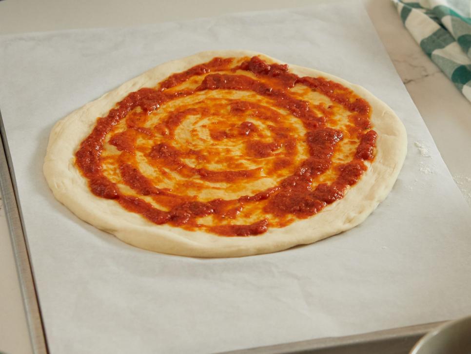 ترفندهای پخت پیتزا ، استفاده از یک لایه نازک سس گوجه