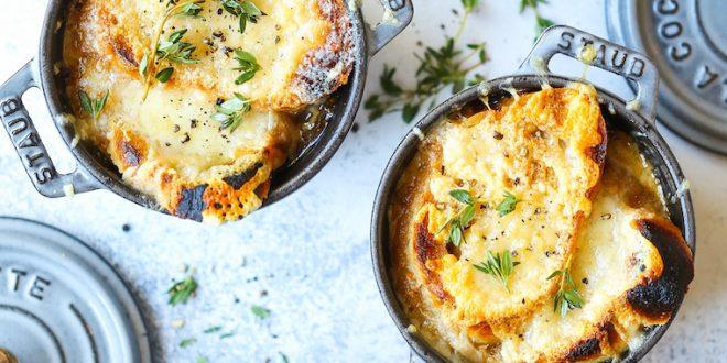طرز تهیه سوپ پیاز فرانسوی ،پیاهای طلایی در یک آب گوشت غنی قرارداده میشوند و در قسمت بالای آن نان و پنیر قراردارد.