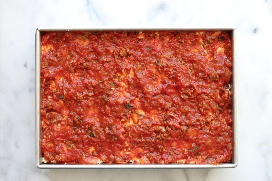 طرز تهیه لازانیا با گوشت ، اضافه کردن سس گوجه