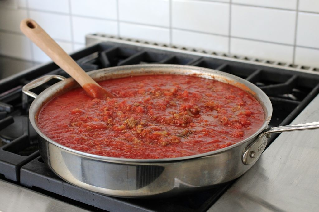 طرز تهیه لازانیا با گوشت ، اضافه گردن رب گوجه فرنگی