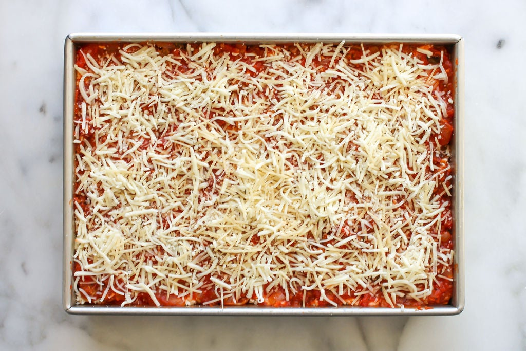 طرز تهیه لازانیا با گوشت ، اضافه کردن پنیر پیتزا به عنوان لایه آخر