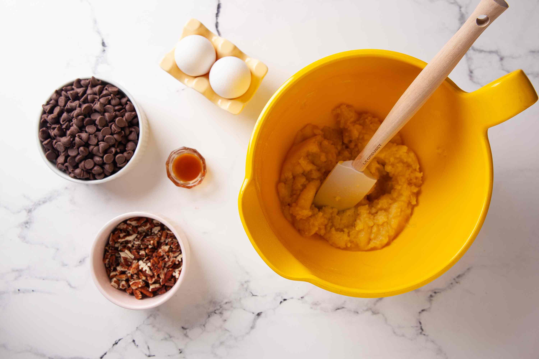 طرز تهیه پای چیپس شکلات ، اضافه کردن تخم مرغ، شکلات و وانیل
