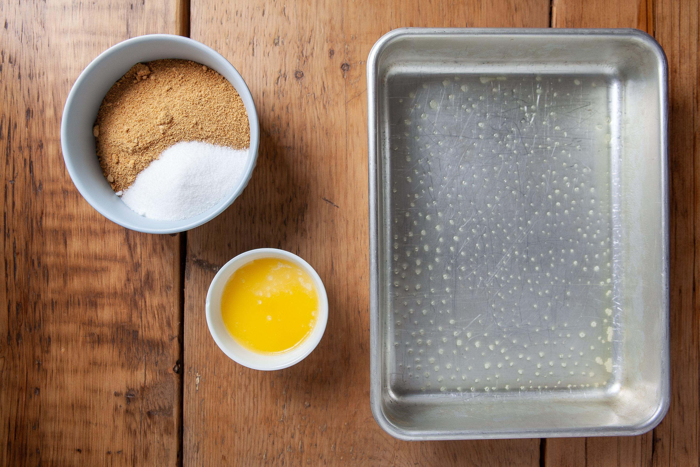 طرز تهیه چیز کیک کدو حلوایی ، چرب کردن سینی فر با کره