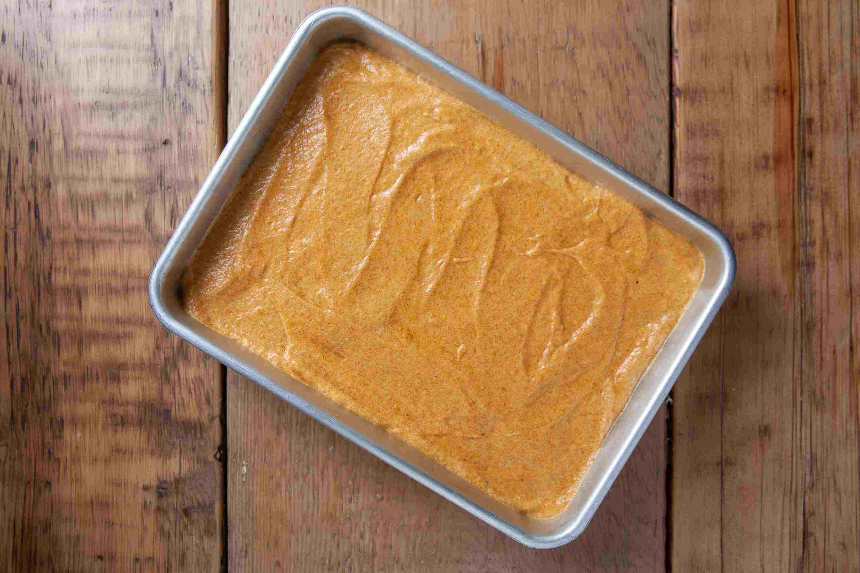 طرز تهیه چیز کیک کدو حلوایی ، پهن کردن واد در سینی فر به صورت یکنواخت