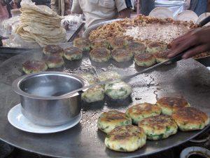 طرز تهیه آلوچوپ یا کوکوی سیبزمینی هندی یک غذای خیابانی محبوب