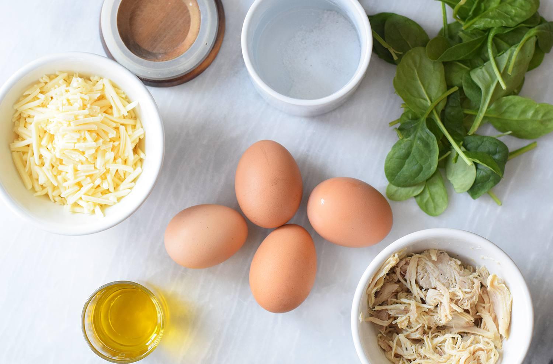 طرز تهیه املت مرغ با تکه های مرغ، پنیر و اسفناج خرد شده