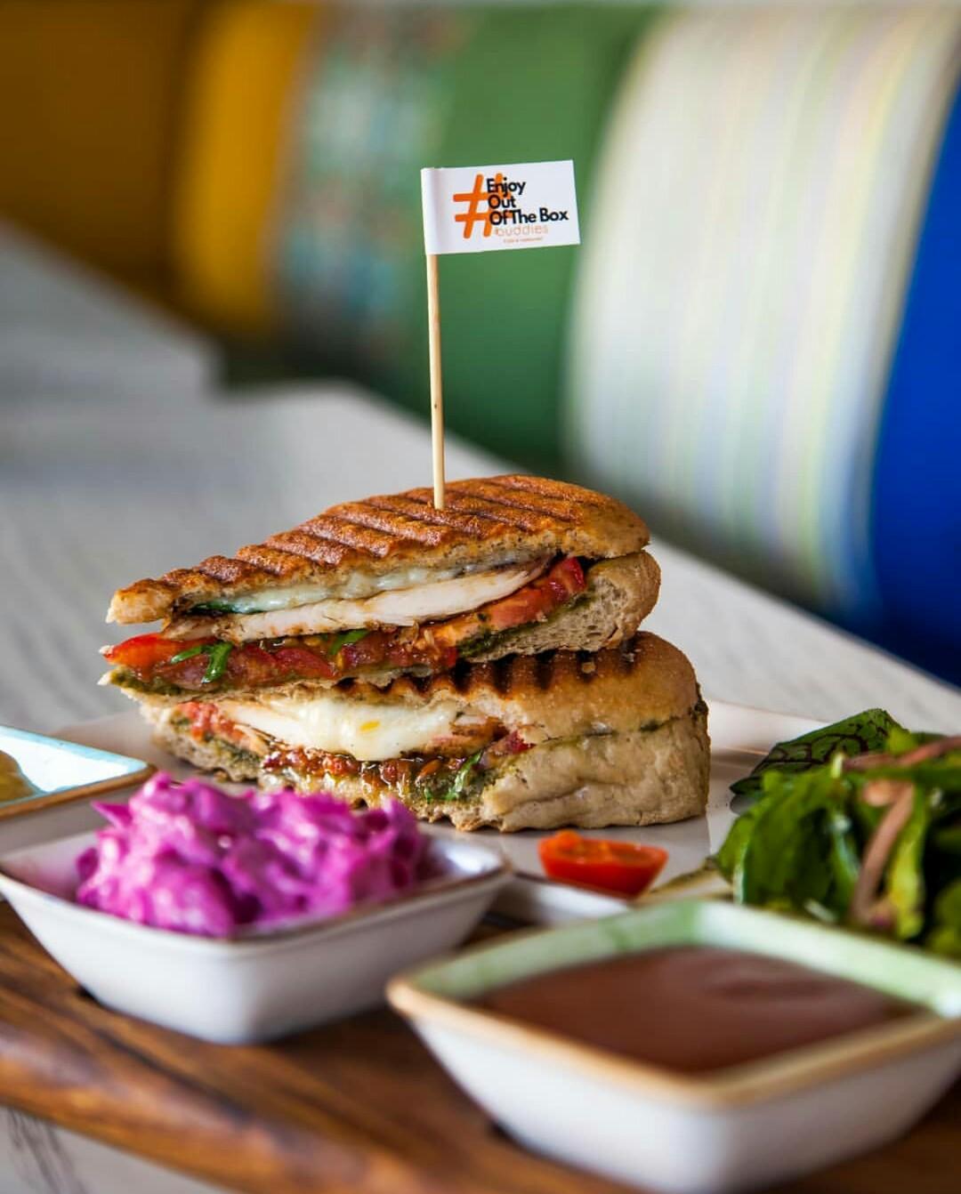 کافه و رستوران بادیز - پنینی مرغ گریل با سس پستو