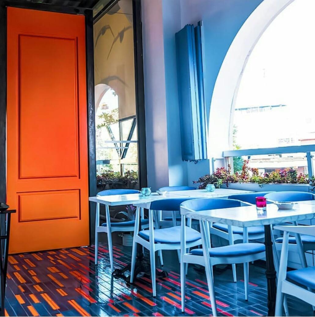 طراحی رنگارنگ و چشم نواز کافه و رستوران بادیز
